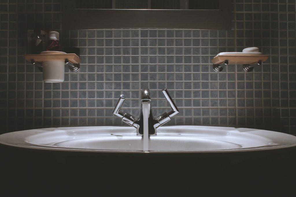 Η Μάχη του μπάνιου καθαρίζοντας τους αρμούς